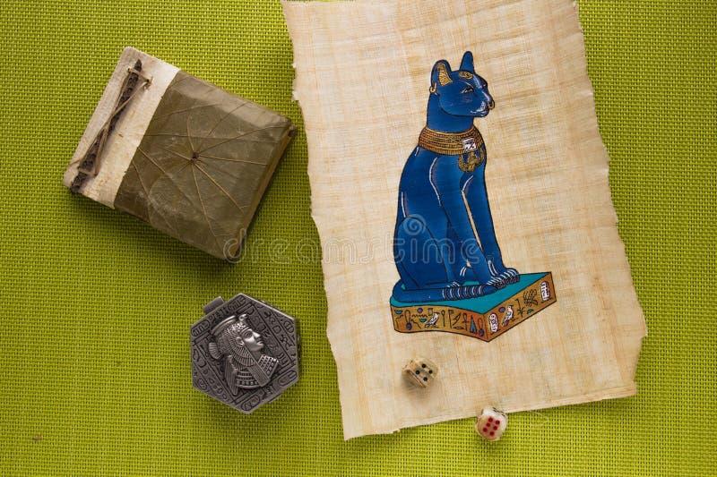 Egyptisk papyrus med en katt arkivfoton