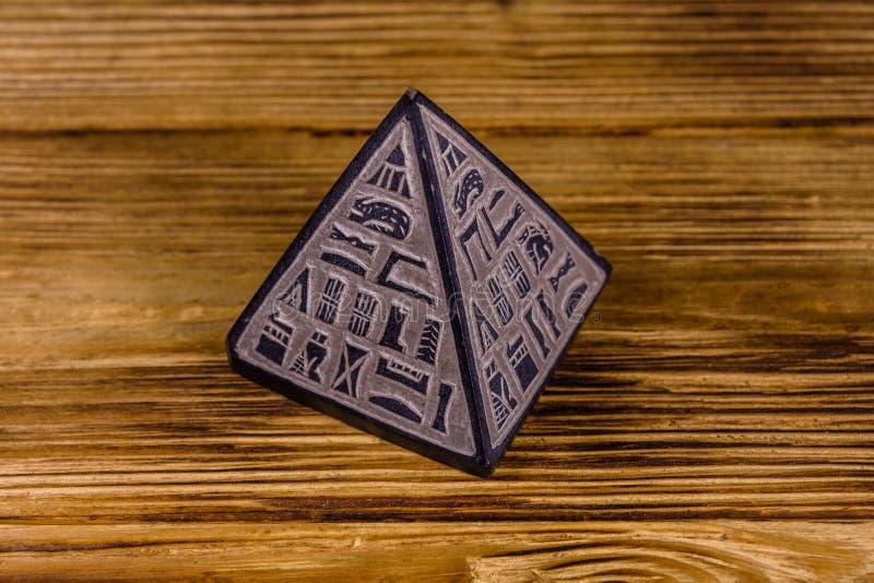 Egyptisk pyramid för souvenir på trätabellen royaltyfri bild