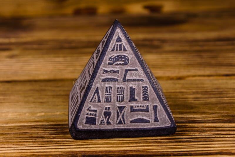 Egyptisk pyramid för souvenir på trätabellen royaltyfria foton