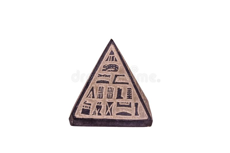 Egyptisk pyramid för souvenir som isoleras på en vit bakgrund fotografering för bildbyråer