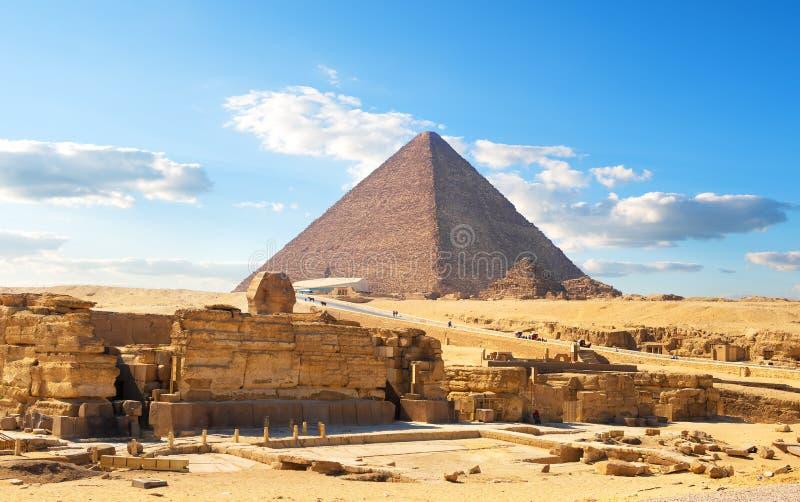 Egyptisk pyramid i öken arkivbilder