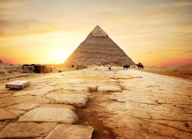 Egyptisk pyramid i sand royaltyfria bilder