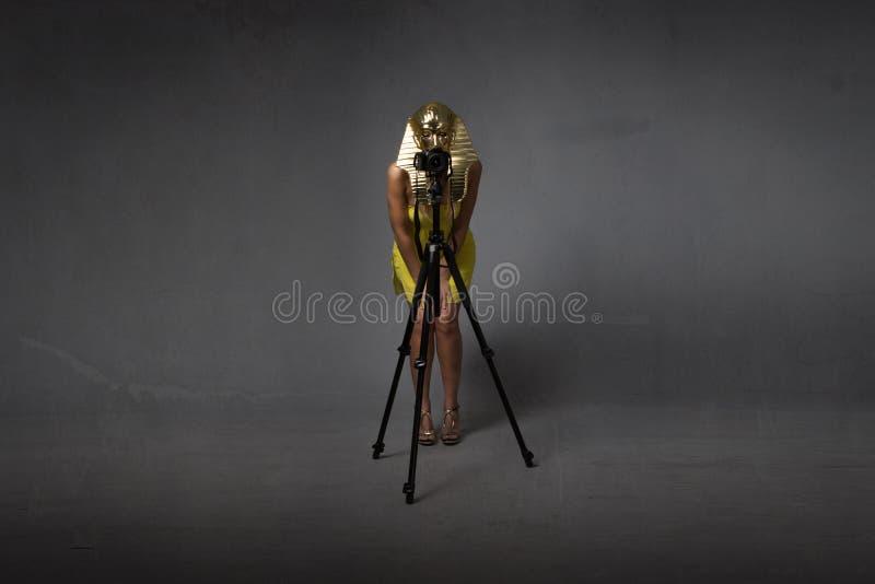 Egyptisk sphynx som tar bilden med tripoden royaltyfri foto