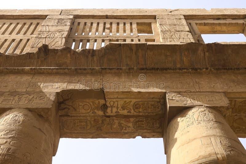 Egyptiska hieroglyf och teckningar på väggarna och kolonnerna Egyptiskt språk, livet av forntida gudar och folk i hieroglyfiskt arkivbilder