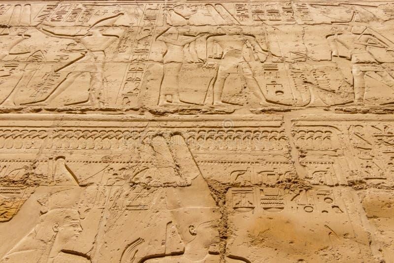 Egyptiska hieroglyf på väggen i Karnak arkivfoton