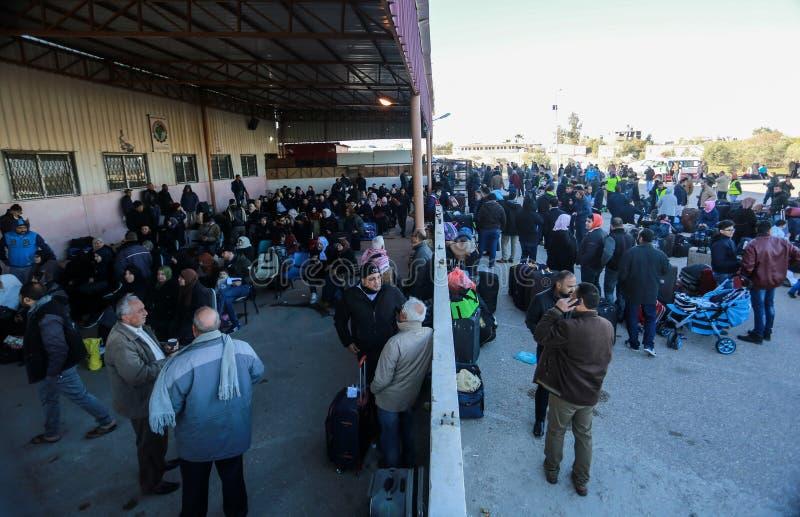 Egyptiska myndigheter öppnar den endast passagerarekorsningen mellan Gaza och Egypten i båda riktningar om igen i dag royaltyfri bild