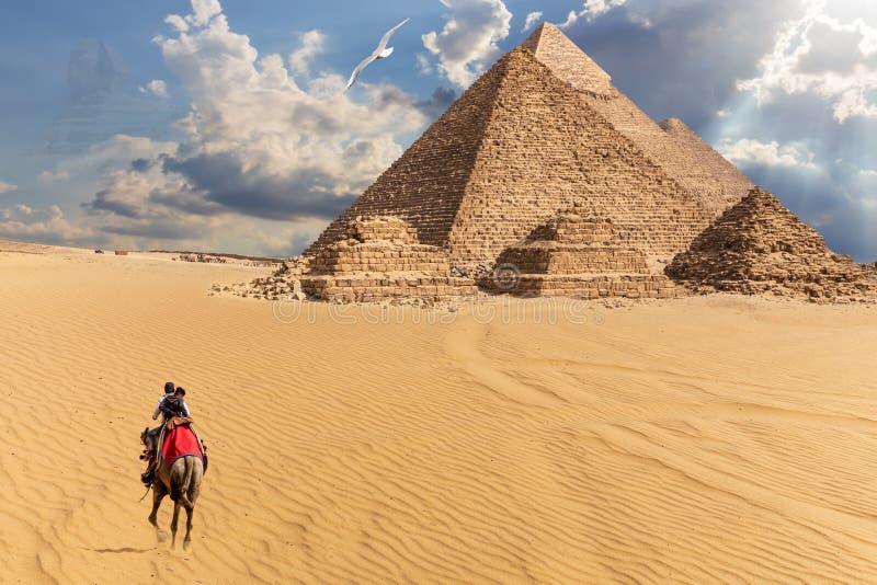 Egyptiska pyramider i ?knen av Giza, fantasisikt arkivfoton