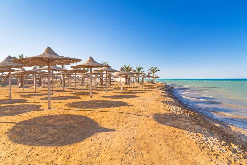 Egyptiska slags solskydd på stranden arkivbild