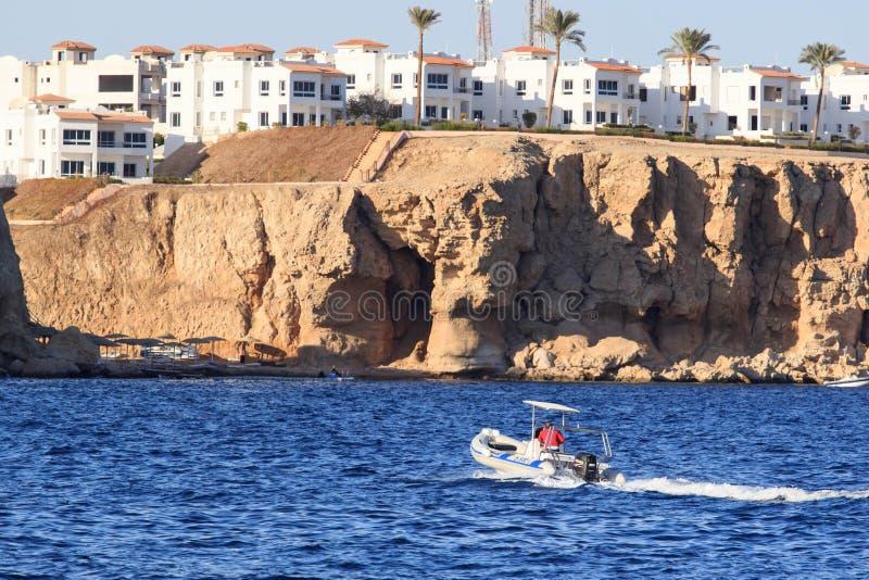Egyptiska slags solskydd på stranden i Hurghada arkivfoto