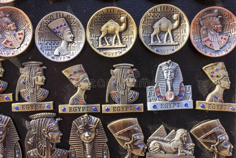 Egyptiska souvenir och statyer i litet shoppar, Kairo, Egypten arkivbild