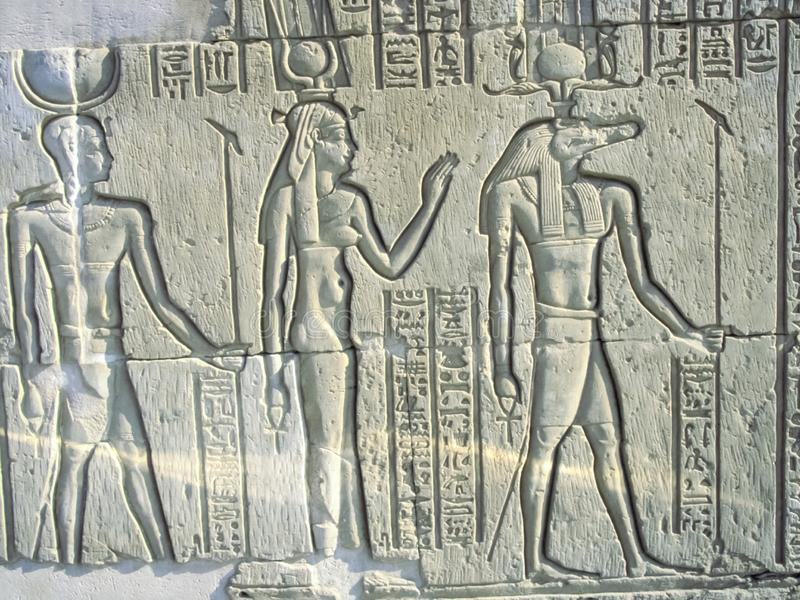 Egyptiska teckningar och hieroglyf på väggarna av fotografering för bildbyråer