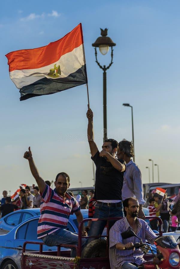 Egyptiskt folk med den egyptiska flaggan royaltyfri bild