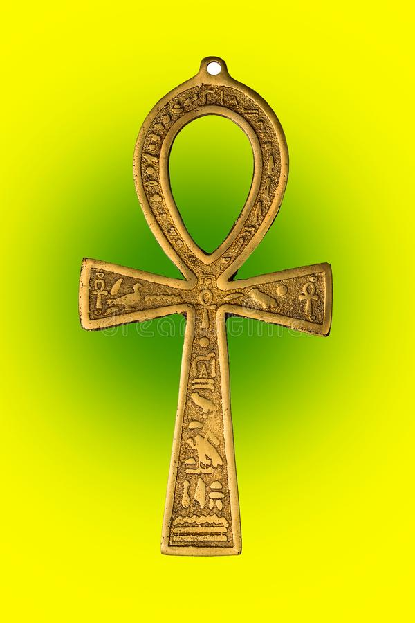 Egyptiskt symbol av liv Ankh på gul grön bakgrund isolerade den täta hörlurarbilden för black slapp övre white för mikrofonblock royaltyfri fotografi