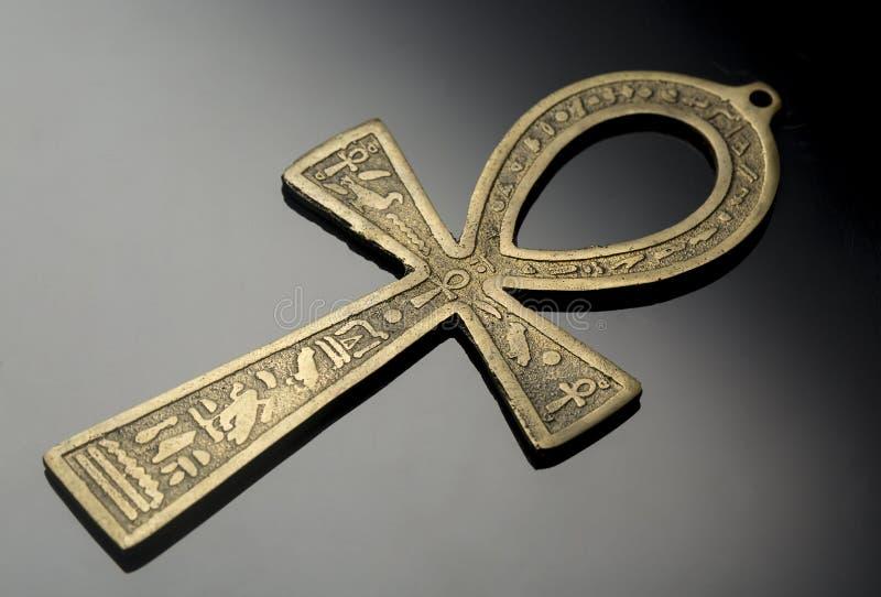 Egyptiskt symbol av liv Ankh på trevlig silversvartbakgrund arkivfoton