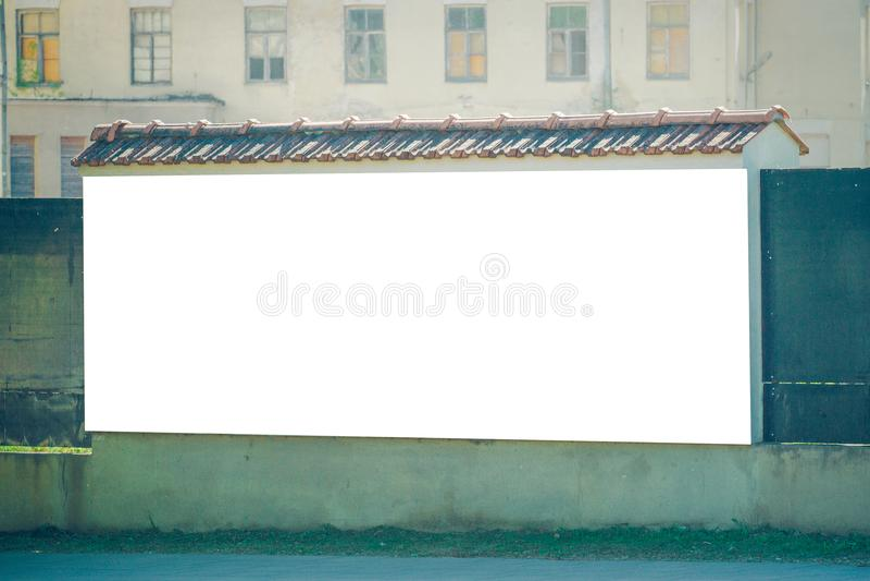 Egzamin próbny Up Duży pusty billboard outdoors, plenerowej reklamy signboard, informaci publicznej deska na starej ścianie fotografia stock