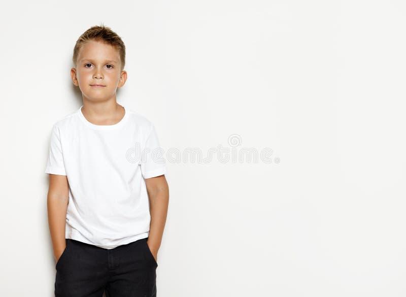 Egzamin próbny up dzieciak jest ubranym czerń skróty obrazy stock