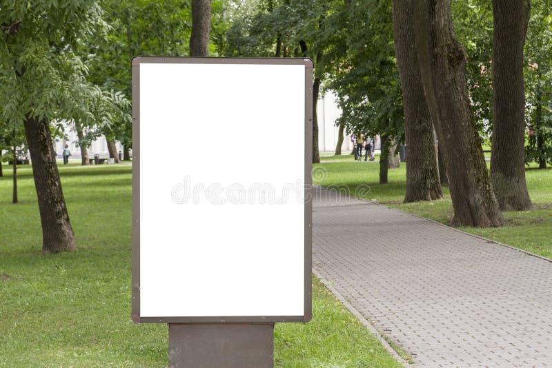 Egzamin próbny Up Pusty billboard z kopii przestrzenią dla twój wiadomości tekstowej lub zawartości informaci publicznej w parku zdjęcia stock