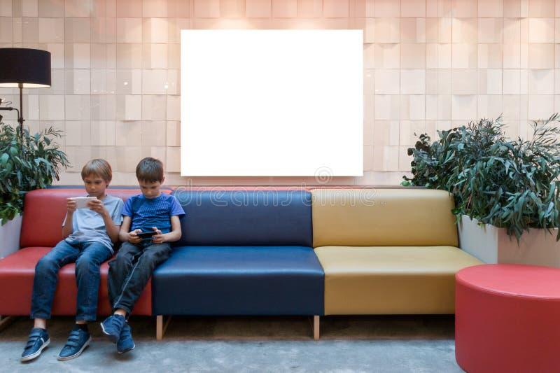 Egzamin próbny Up Wielki pusty sztandar w gablocie wystawowej sklep w nowożytnym zakupy centrum handlowym i dzieciaki z telefonem zdjęcia royalty free