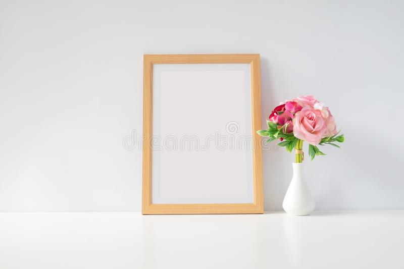 Egzamin próbny w górę fotografii ramy z kwiatami na stole obraz stock