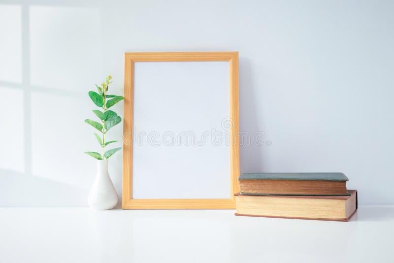Egzamin próbny w górę portret fotografii ramy z zieloną rośliną na stole, domowy Dec obrazy royalty free