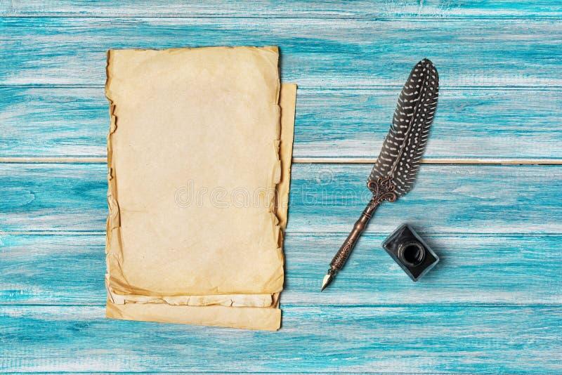 Egzamin próbny w górę pustego rocznika papieru ciąć na arkusze z dutki piórem i butelką czarny atrament obraz stock