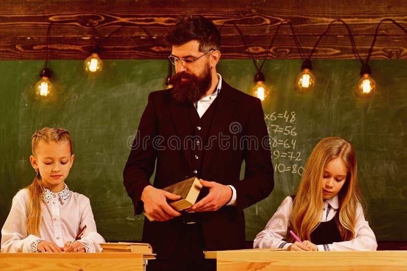 Egzaminacyjny narządzanie egzamin dziewczyny przygotowywają egzamin szkolny egzamin dwa ucznia tylna szkoły obrazy stock