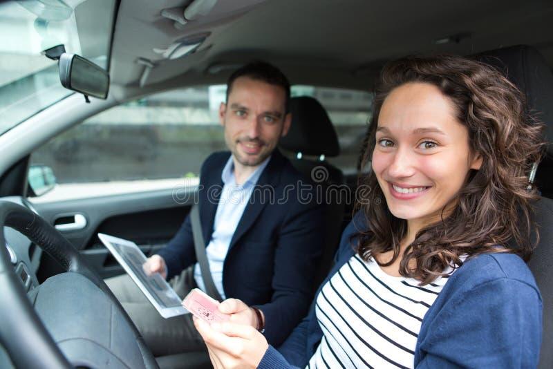 Egzaminator dostarcza driing koncesję kobieta zdjęcia royalty free