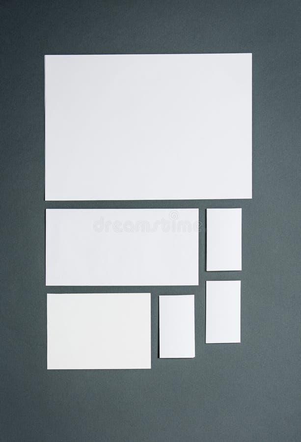 Egzaminu próbnego biznesowy szablon z kartami, papiery Szary tło obrazy stock