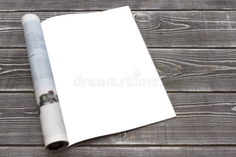 Egzaminu próbnego katalog na drewnianym stole lub magazyn Pusta strona lub notepad na drewnianym tle zdjęcie royalty free