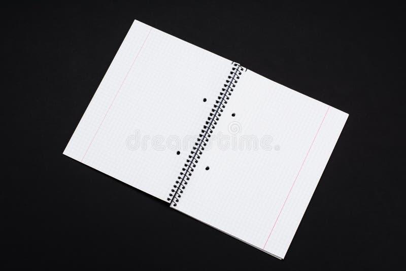 Egzaminu próbnego magazyny, książka lub katalog na czerń stołu tle, obrazy royalty free