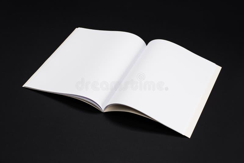 Egzaminu próbnego magazyny, książka lub katalog na czerń stołu tle, zdjęcie stock