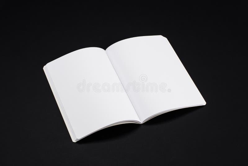 Egzaminu próbnego magazyny, książka lub katalog na czerń stołu tle, obraz royalty free