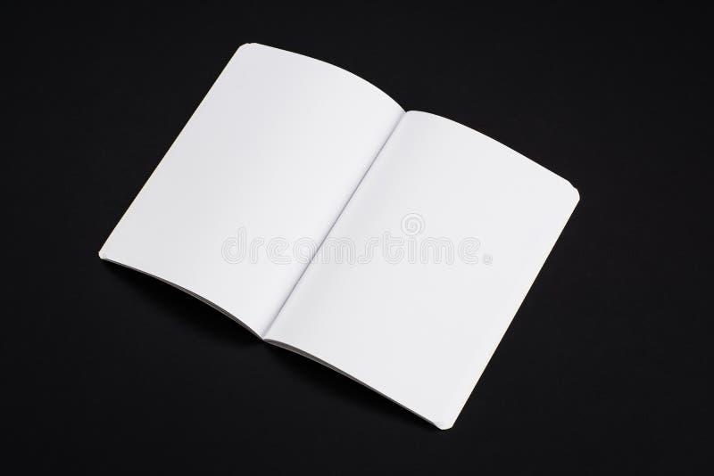 Egzaminu próbnego magazyny, książka lub katalog na czerń stołu tle, obraz stock