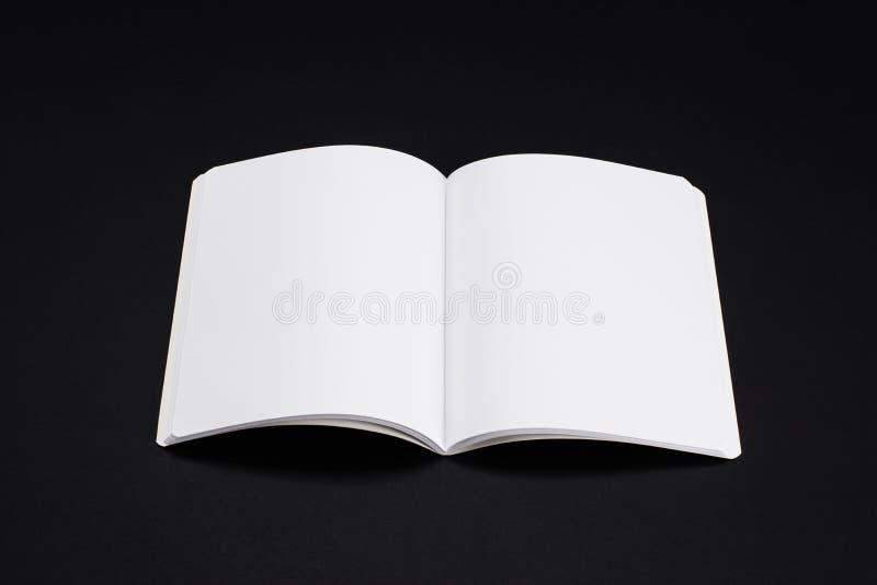 Egzaminu próbnego magazyny, książka lub katalog na czerń stołu tle, fotografia royalty free