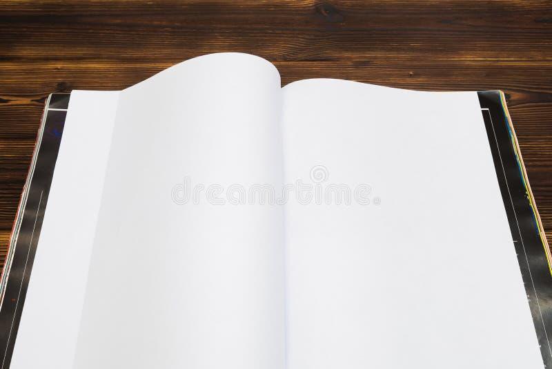 Egzaminu pr?bnego katalog na drewnianym stole lub magazyn zdjęcie royalty free