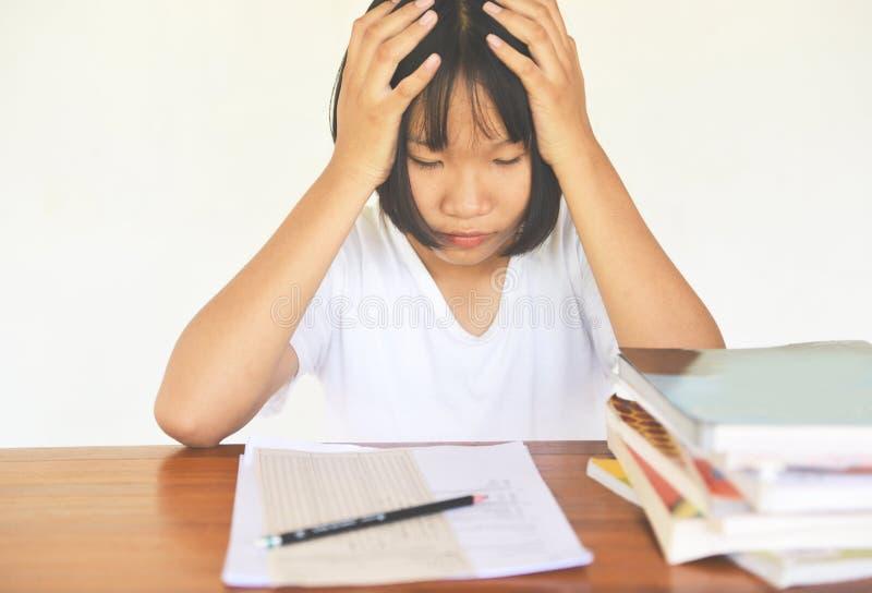 Egzaminu stres - edukacji młoda żeńska szkoła wyższa w klasie bierze notatki i używa ołówkowego siedzącego uczenie pojęcie streso fotografia stock