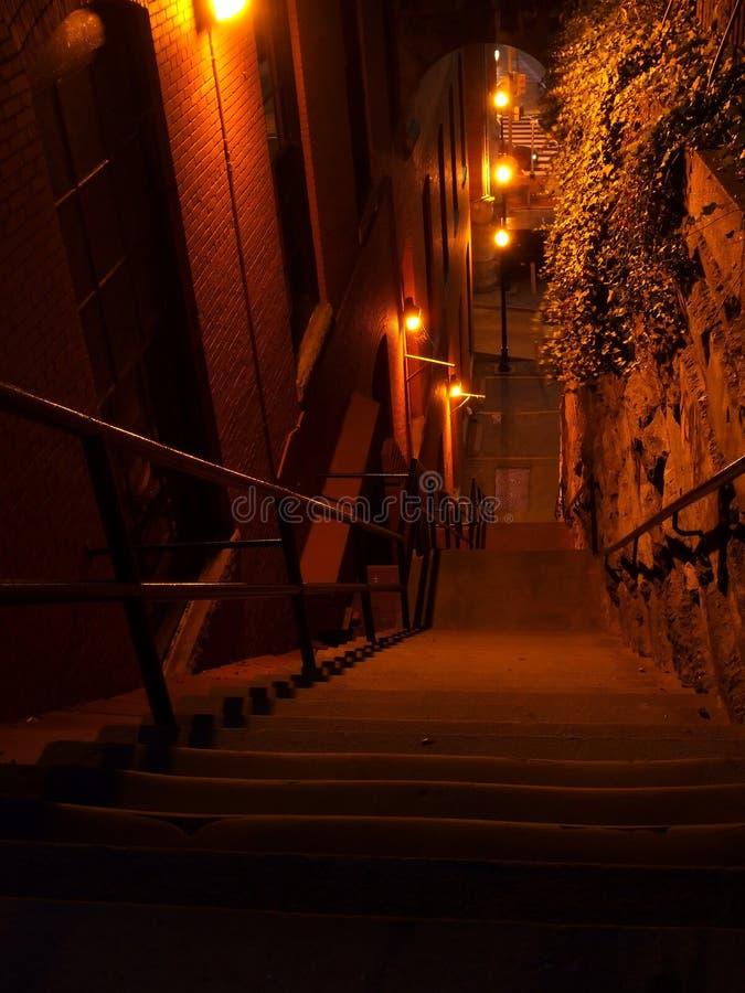 egzorcysta nocy po schodach zdjęcia stock