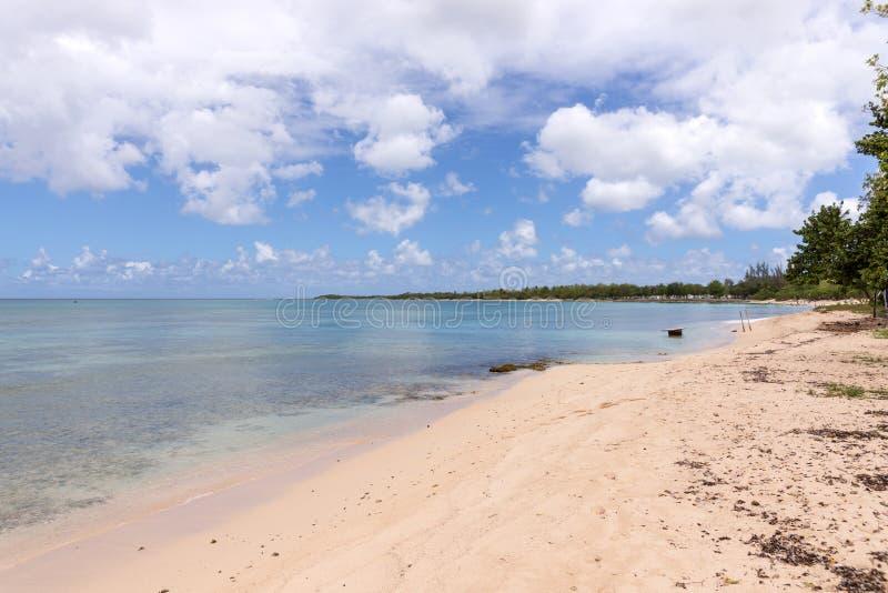 Egzot plaża, niebieskie niebo z chmurami obrazy royalty free