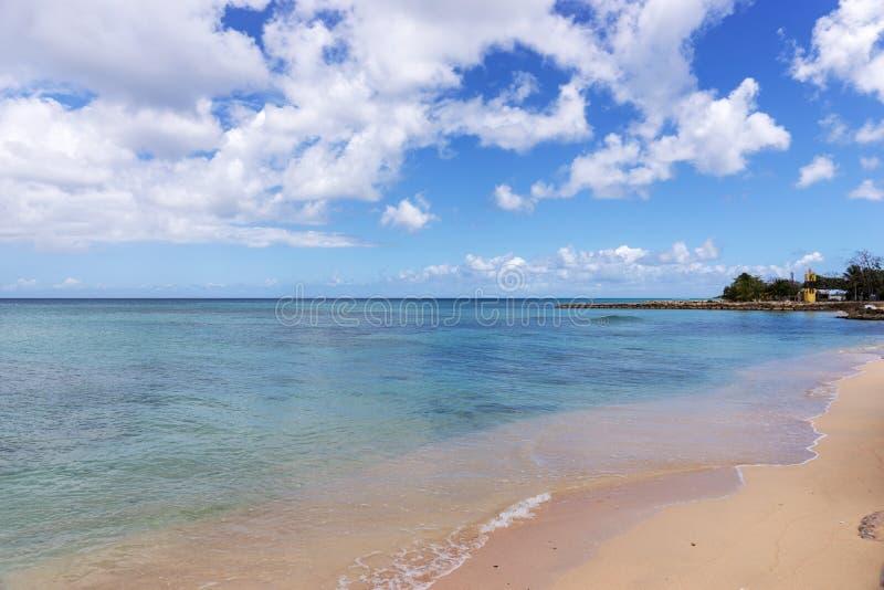 Egzot plaża, niebieskie niebo z chmurami fotografia royalty free