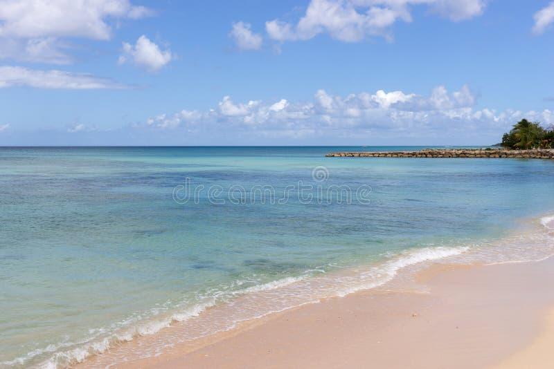 Egzot plaża, niebieskie niebo z chmurami obraz stock