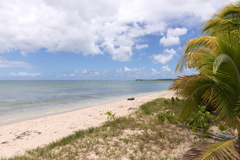 Egzot plaża, niebieskie niebo z chmurami fotografia stock