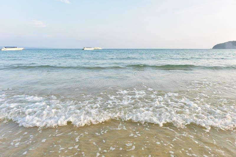 Egzot plaża z brzeg przerwą i jasny na plaży fotografia stock