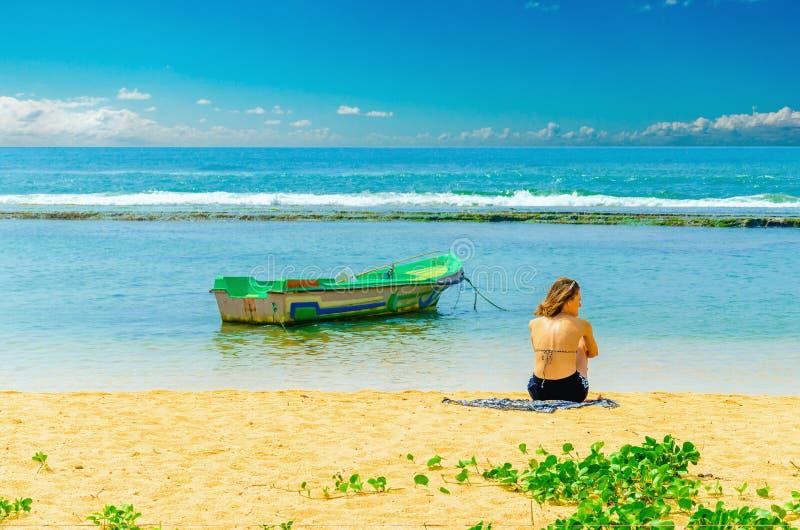 Egzota plaża, młoda dziewczyna, łódź rybacka i woda, zdjęcie royalty free