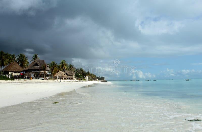 Egzotyczna Tropikalna plaża na letnim dniu przed burzą obrazy stock