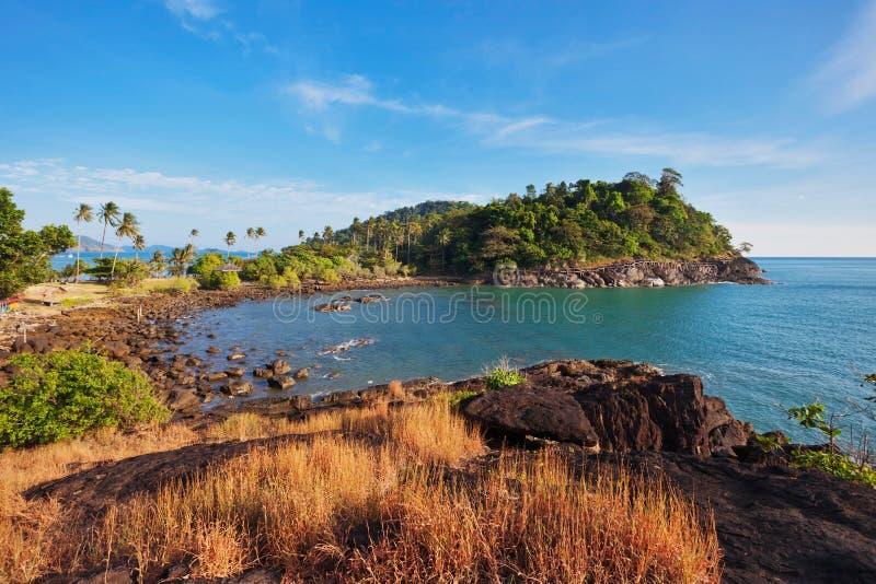 Egzotyczna tropikalna wyspa pod niebieskim niebem zdjęcie stock