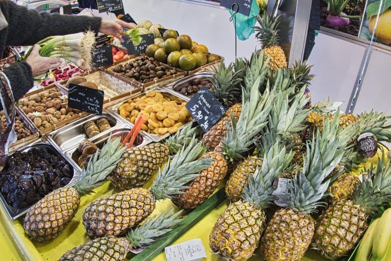 egzotyczne owoce Targowy kram z rozmaitością organicznie owoc Kolorowe owoc w rynku Jaskrawy lata tło Zdrowy fotografia royalty free