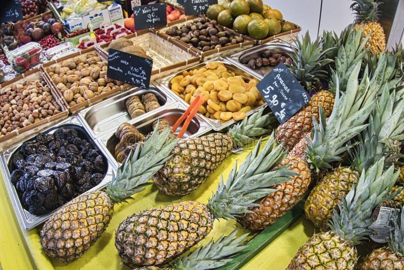 egzotyczne owoce Targowy kram z rozmaitością organicznie owoc Kolorowe owoc w rynku Jaskrawy lata tło Zdrowy fotografia stock
