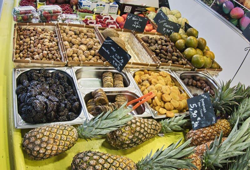 egzotyczne owoce Targowy kram z rozmaitością organicznie owoc Kolorowe owoc w rynku Jaskrawy lata tło Zdrowy obrazy royalty free