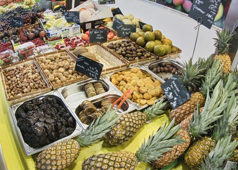 egzotyczne owoce Targowy kram z rozmaitością organicznie owoc Kolorowe owoc w rynku Jaskrawy lata tło Zdrowy zdjęcia stock