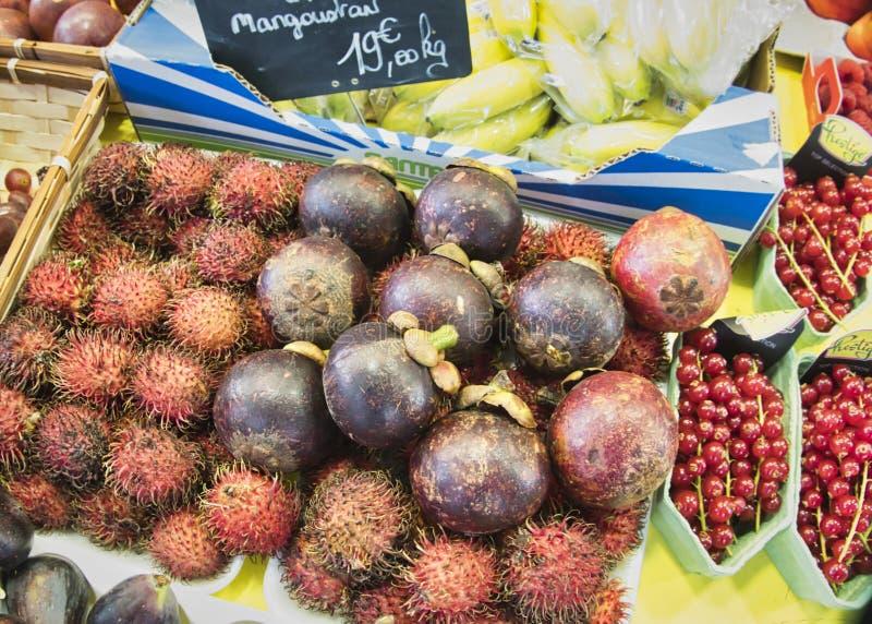 egzotyczne owoce Targowy kram z rozmaitością organicznie owoc Kolorowe owoc w rynku Jaskrawy lata tło Zdrowy obraz royalty free